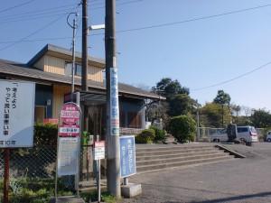 小野屋駅バス停(由布市コミュニティバス)とJR小野屋駅の画像