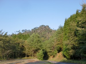 登山口の駐車場から見上げる鷹巣岳(大分県佐伯市)の画像