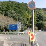 国道10号線から尺間神社参道入口に入るT字路の画像