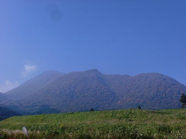 白水鉱泉方面から見る前岳と黒岳の画像