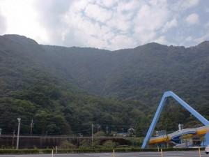 うみたまご側から見る高崎山自然公園と高崎山の画像