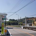 西上浦小学校先の信号と踏切の画像