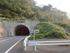 県道30号線の剣龍山トンネル出口にある剣龍山登山口の画像