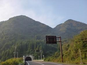 大龍山トンネルから見る大龍山の画像