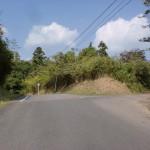 銭瓶峠のすぐ上にある高崎山登山口へ続く林道の入口の画像