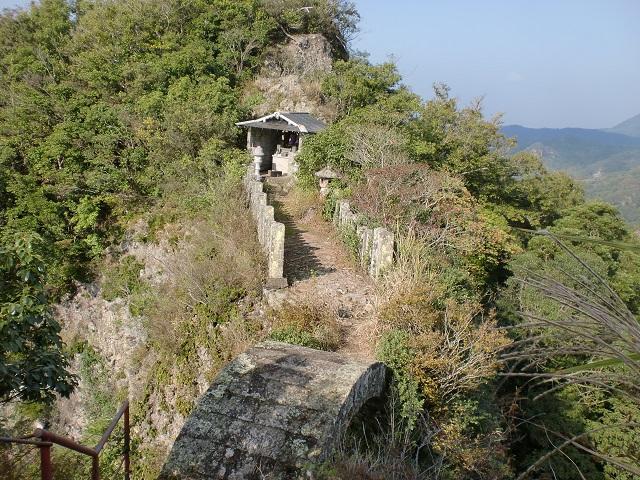 天念寺岩峰と無明橋の画像