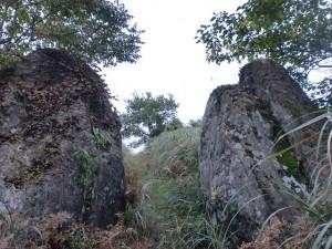 猪群山山頂のストーンサークル入口にある陰陽石の画像