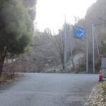 上古場バス停からの道が林道雷山横断線と出会うT字路の画像