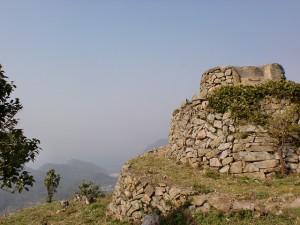 御嶽(御岳)山頂にある石積みの物見台の画像