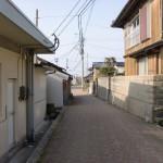 姫島の漁港前の路地の画像