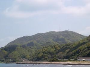 棹崎公園入口(野生生物保護センター入口)から見る千俵蒔山(対馬・井口地区)の画像