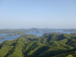 烏帽子岳山頂から見下ろす仁位浅茅湾のリアス式海岸の画像