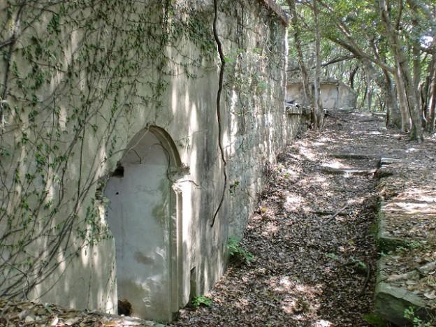 城山砲台に立ち並ぶ弾薬庫跡(対馬)の画像