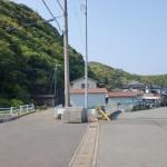 尾崎砲台群に続く軍道の入口にある土寄橋と軍道に入る個所の画像