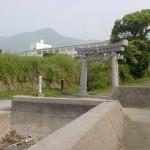 倉岳中学校グランド横の堤防沿い歩道から見る矢筈岳海抜0m登山口の画像