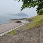 矢筈岳海抜0m登山口手前の倉岳中学校グランド横の堤防沿いの歩道の画像