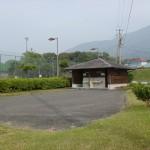 矢筈岳海バス0m登山口近くにある倉岳中学校グランド横の公衆トイレと駐車場の画像