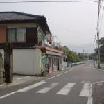 江岸寺近くのタバコ屋さんから棚底港に入るT字路の画像