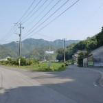 県道34号線の右手に見える次郎丸岳登山口の駐車場の画像