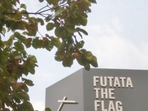 旧天神ショッパーズ(ノース天神)1階のスターバックス前で実をつける柿の画像
