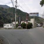 県道21号線から仁比山公園入口に入る橋の手前付近の画像