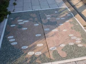 門司駅裏手のミニストップから南側の長崎街道に埋め込まれている地図の画像
