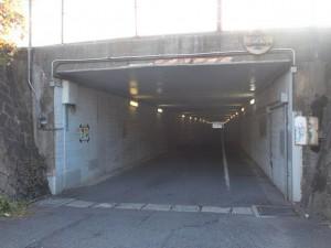 手向山手前のこの先行き止まりの標識から左折したところにあるJRガード下のトンネルの画像