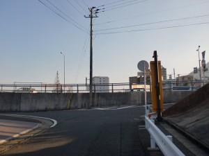 手向山北川のJRガード下のトンネルを出たところのT字路の画像