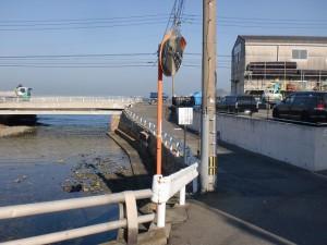 長崎街道の高浜橋手前から国道199号線に出る川沿いの歩道の画像