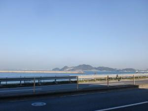 長崎街道の高浜橋近くの国道199号線から見える海の向こうの下関の画像