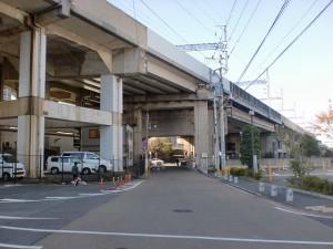 小倉城下の長崎街道沿いにある貴布禰神社(貴船神社)そばにあるJR高架の画像