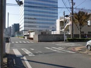 長崎街道小倉城下の門司口橋を渡って左折し踏切を渡った先にある交差点の画像