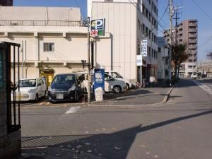 長崎街道小倉城下の門司口橋を渡って左折し踏切を渡った先の交差点を右折した先のコインパーキング前の路地入口の画像