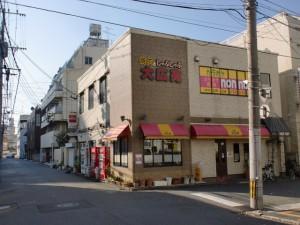長崎街道小倉城下の門司口橋を渡って左折し踏切を渡った先の交差点を右折した先のコインパーキング前の路地入口を入って長崎街道に入る個所の画像