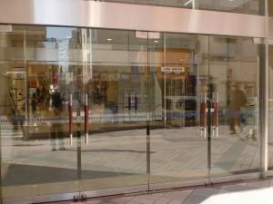 小倉駅前のコレット東側入口のドアの画像