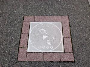 常盤橋から西小倉駅方面に延びる長崎街道に埋め込まれた長崎街道のプレートの画像