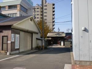 西小倉駅前の通り(清張通り)から妙浄寺前に入る路地入口の画像