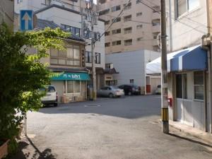 西小倉駅近くの長崎街道を横切る国道199号線を超えた先の右斜め前に街道が曲がる地点の画像