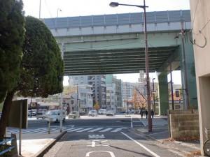 小倉城下の長崎街道を都市高速が横切るところの画像