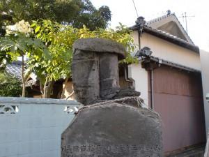 長崎街道小倉城下の街道沿いに置かれている足の像の画像
