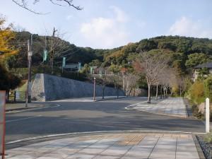 高見神社入口前の三条の国境石への入口付近の画像