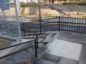 長崎街道の遊歩道(八幡東区)の出口そばの階段の画像