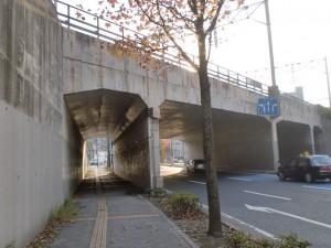東田高炉広場入口の交差点手前のJR高架下の画像