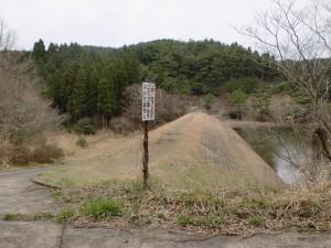 椿山溜池の南側堤(椿山登山口(登山道入口))の画像