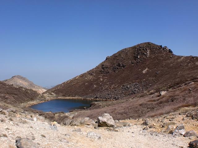 九重の池ノ小屋あたりから見る御池と天狗ヶ城の画像