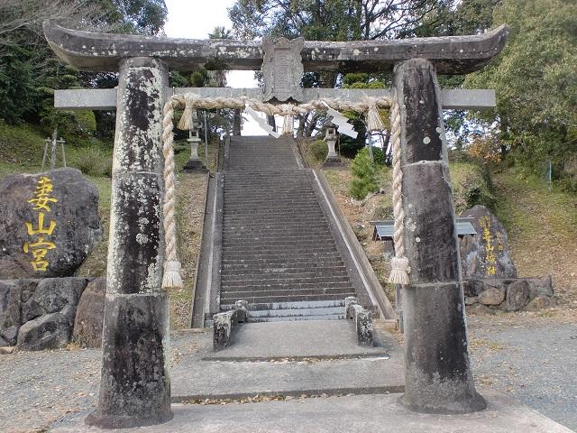 妻山神社の一の鳥居(石造肥前鳥居)の画像