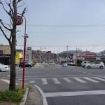 武雄温泉駅南口前の通りから国道34号線に出るところの画像