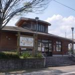 JR相知駅(唐津線)と相知駅前バス停(昭和バス・相知町花タウンバス)の画像