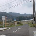 潜バス停そばのコンビニ前の国道498号線の旧道に入る個所の画像