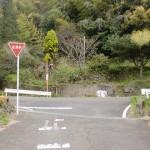 上古場の簡易水道落成記念碑からさらに上ったところにある一時停止のT字路の画像